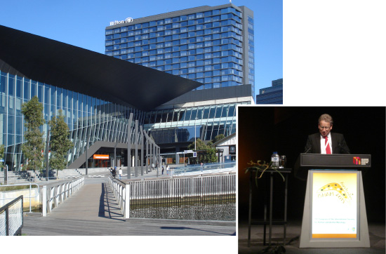 Melbourne Convention and Exhibition Centre; Prof. Neil Gow, ISHAM-Präsident, eröffnet die Tagung