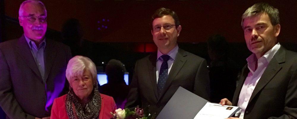Am Gesellschaftsabend der 50. MYK 2016 in Essen überreichte sie (2.v.l.) zusammen mit Prof. Andreas Groll (re.) und Prof. Dieter Buchheidt (li.) die Urkunde an den Stipendiaten (2.v.re.).