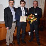 Dr. med. Tobias Boch (Mitte) gratulierten Prof. Dr. med. Andreas Groll (li.) Vorsitzender der DMykG und Tagungspräsident Prof. Dr. med. Peter Michael Rath.