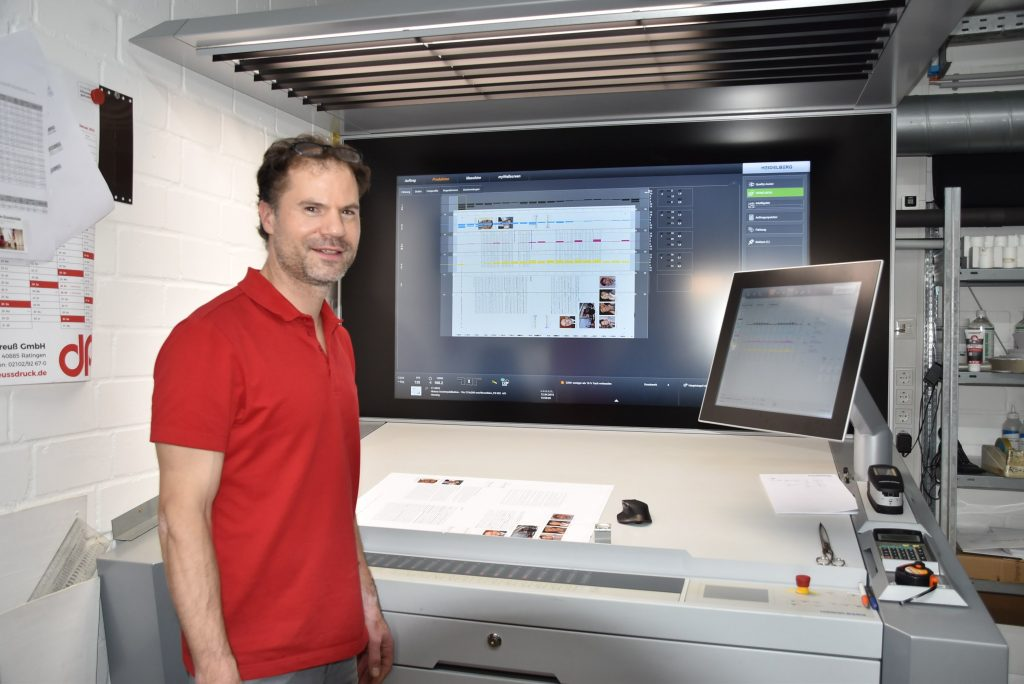 Diese Hochleistungsmaschine druckt 15.000 Papierbögen pro Stunde, verfügt über fünf Druckwerke, einem LED Trockner und einer automatischen Farbmess- und Regelanlage. (im Foto: Leslie Hodes)