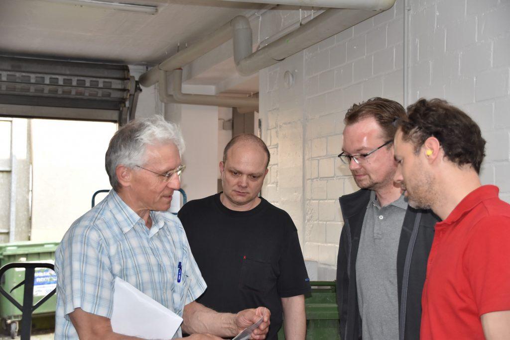 Alfred Preuss (li.), Inhaber des Familienbetriebs, kümmerte sich persönlich um den Ablauf. Zusammen mit den Druckern Michael Koch (2.v.li.)und Leslie Hodes (re.) sowie Sven Dönisch (2.v.re.),Hersteller und Layouter,bespricht er den optimalen Ablauf.