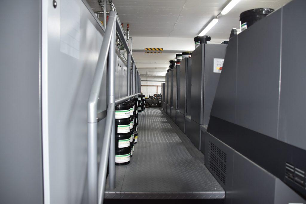 Über einen innenliegenden Gang können die fünf Druckwerke kontrolliert und mit Farbe versorgt werden.
