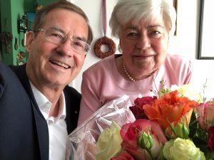 Frau Marianne Plempel mit Prof. Werner Mendling, der ihr im Namen der DMykG e.V. am 17.07.18 gratulierte
